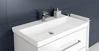 Die Klassischen Waschbecken Von Villeroy U0026 Boch überzeugen Mit Ihrer  Eleganten Ästhetik. Frei An Der Wand Platziert, Bringen Sie Den Raum  Perfekt Zur ...